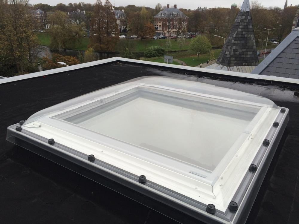 Zonwering op FAKRO lichtkoepel - lichtkoepelopmaat.nl